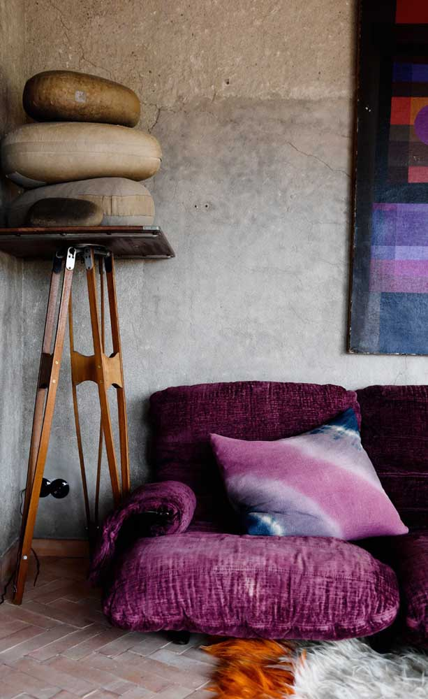 E mesmo nas decorações mais despojadas, o sofá roxo encontra seu lugar
