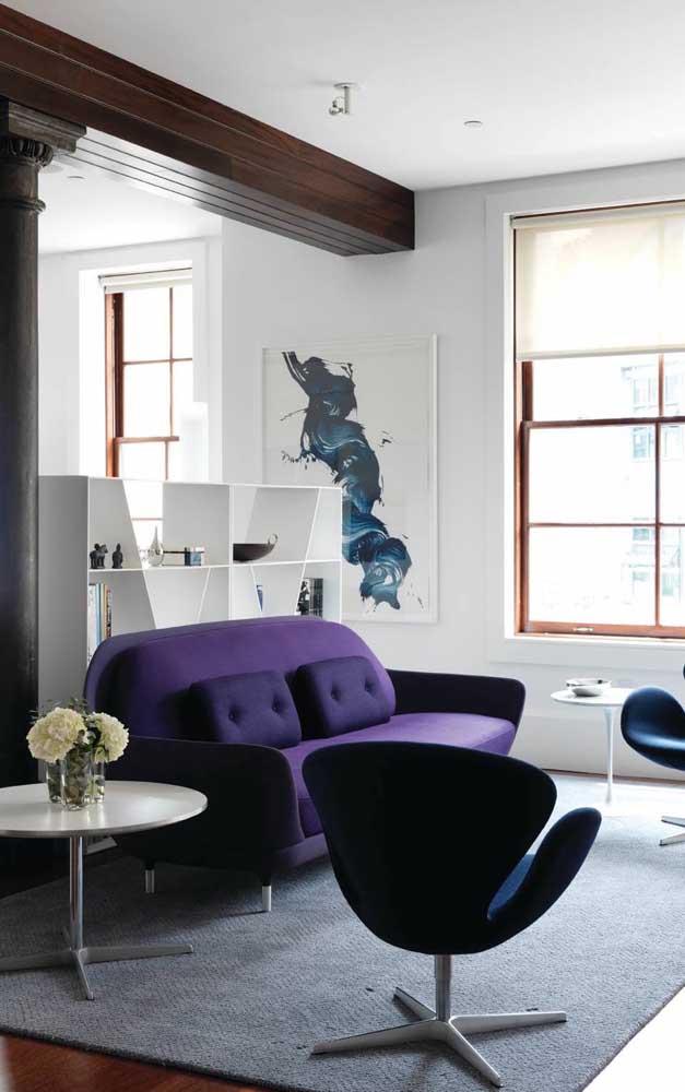 O sofá roxo, quase azul, ficou incrível nessa sala super iluminada