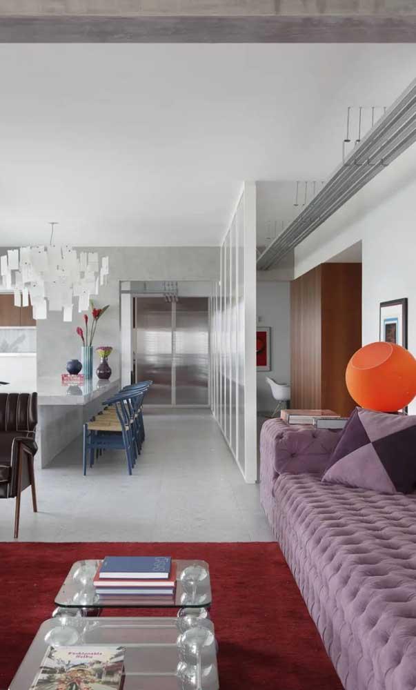 Aqui, o sofá roxo claro também se destaca, mas em uma proporção bem maior