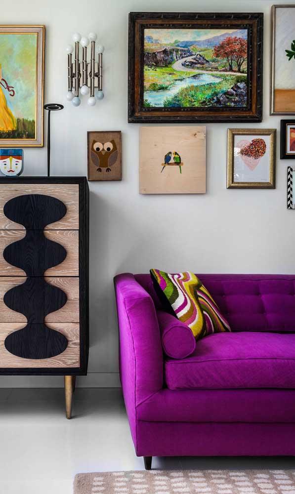 Decorações bem humoradas também são a cara do sofá roxo