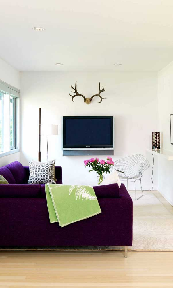 Sofá roxo de canto para a sala de estar clean e moderna
