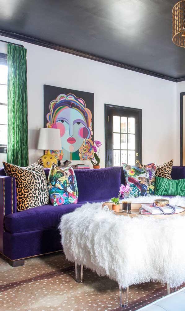 Essa sala toda contemporânea apostou em um sofá roxo de veludo para arrematar a decoração