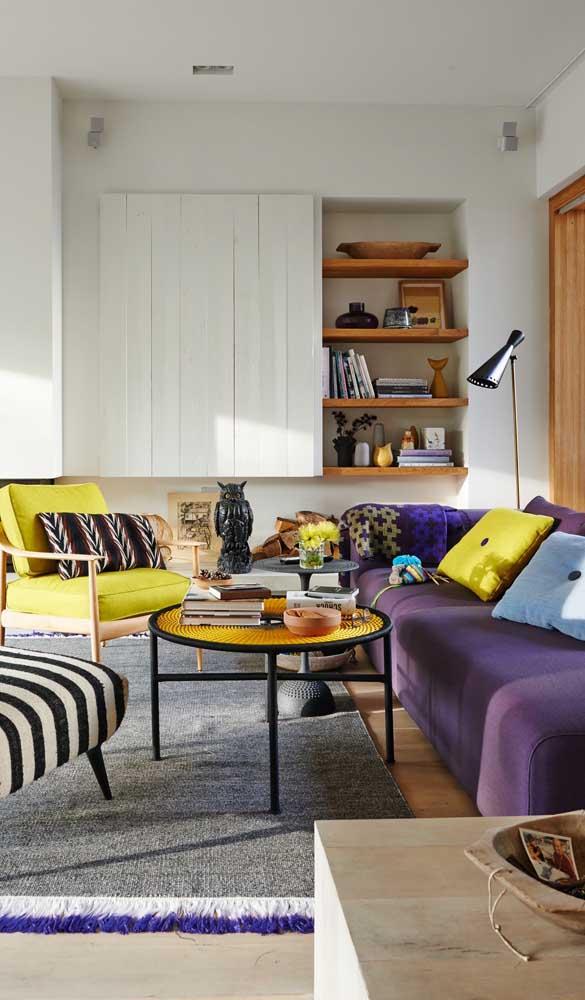 Tons complementares, como o amarelo, são a melhor pedida para decorar uma sala moderna com sofá roxo