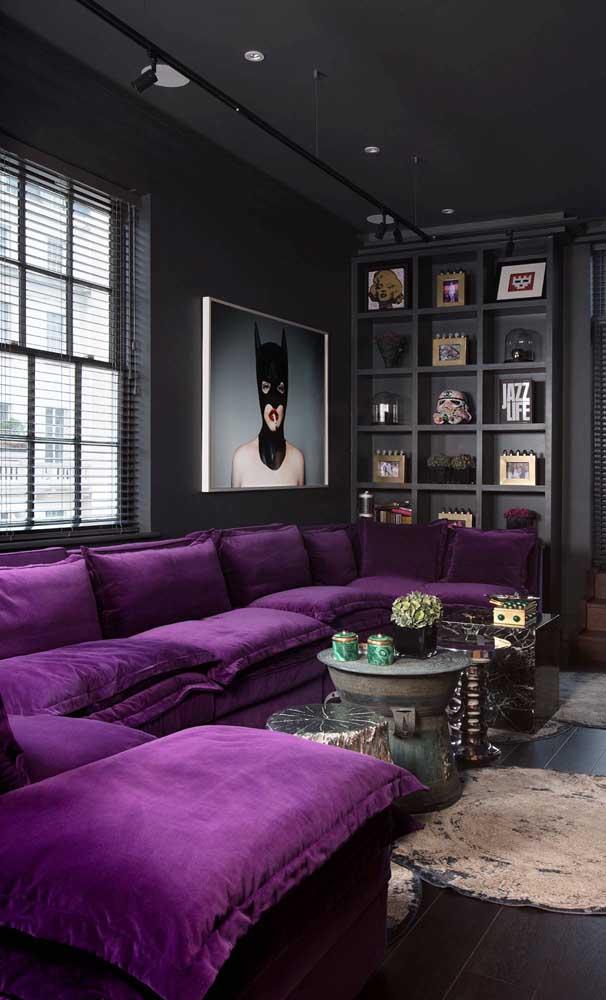 Para quem não tem medo de ousar, vale essa sugestão de sofá roxo com paredes pretas
