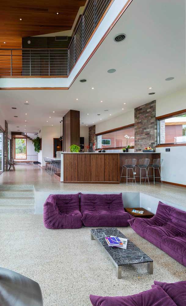 Sofá roxo em estilo futton para a sala moderna e integrada