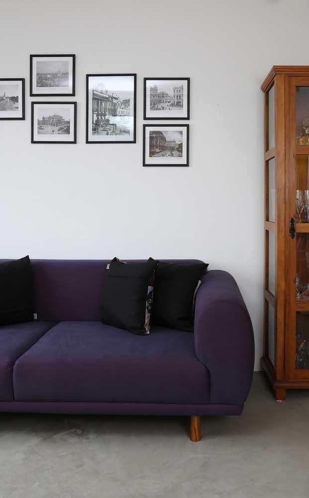 Modelo simples de sofá roxo, mas que ainda assim marca presença no ambiente