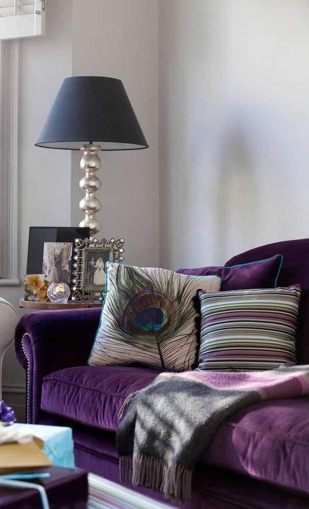 Sofá roxo de veludo combinado a peças clássicas e cheias de personalidade