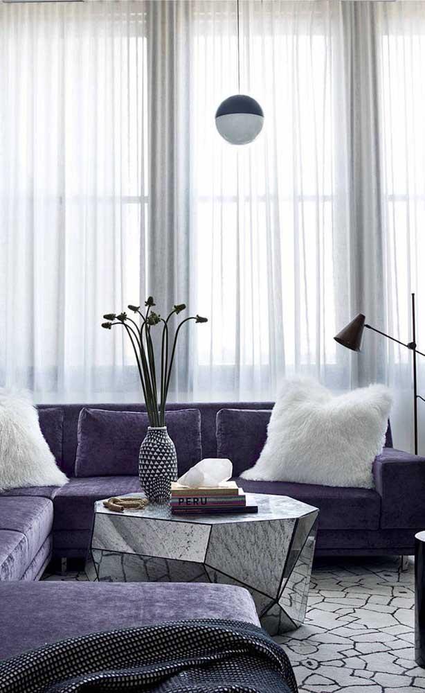 Branco, preto e roxo formam a paleta de cores dessa sala de estar moderna e elegante