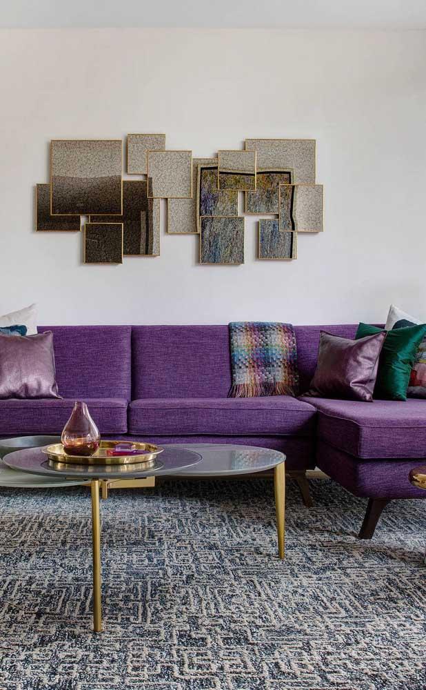 O linho trouxe elegância a esse sofá roxo de canto