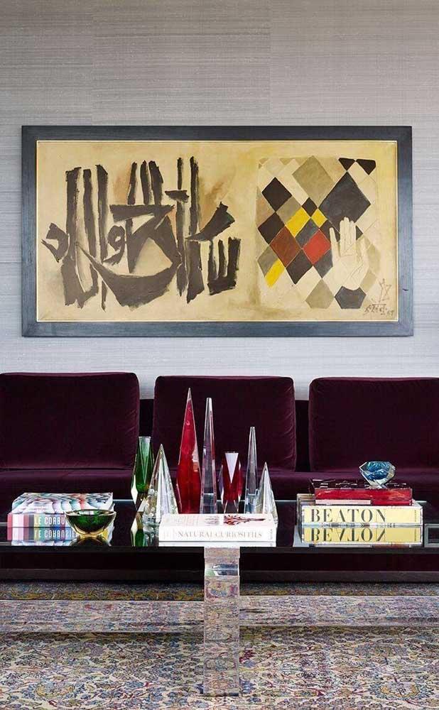 Modelo moderno de sofá roxo combinado ao veludo que é super clássico