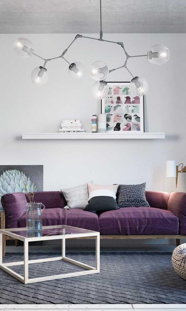 Cinza e branco trazem modernidade ao ambiente decorado com sofá roxo