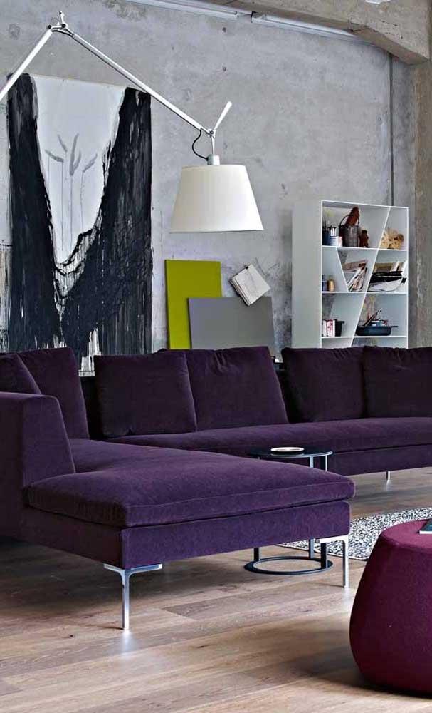 A sala moderna trouxe um modelo de sofá roxo de canto para impressionar quem chega
