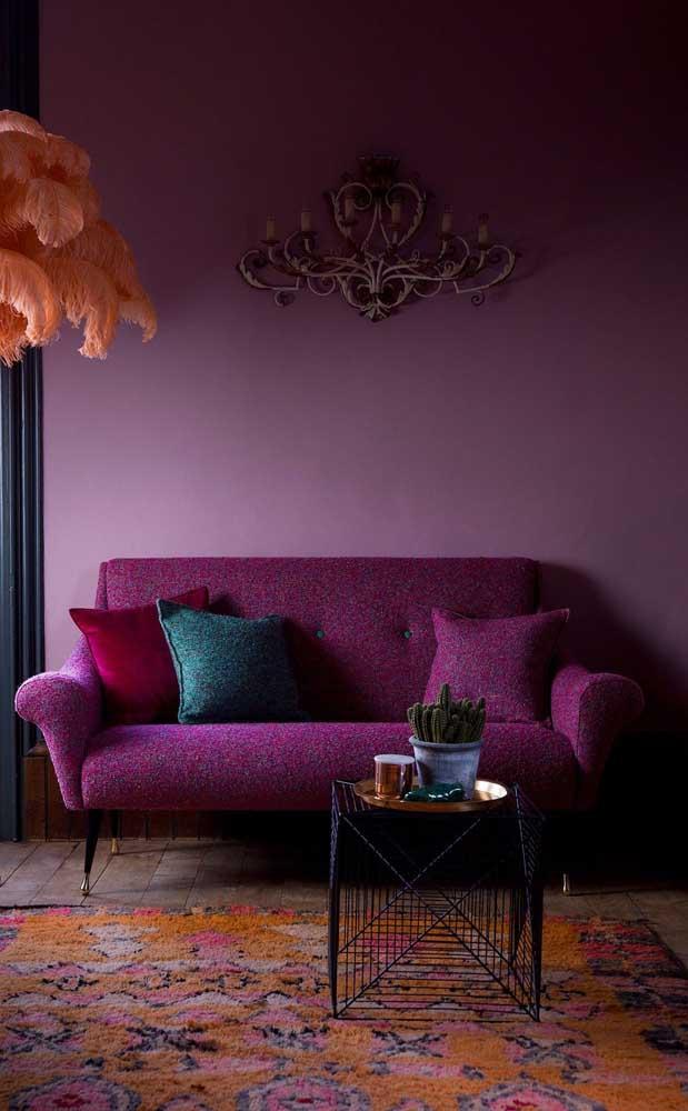 Sofá e parede no mesmo tom de roxo