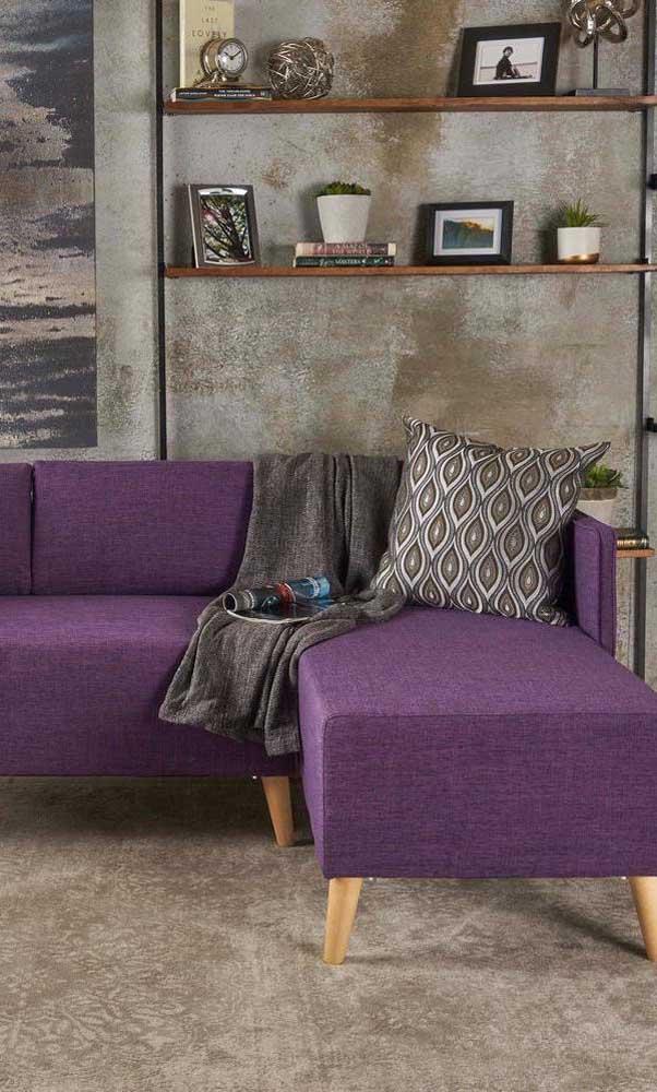 Modelo simples de sofá roxo de canto para completar a decoração da sala moderna