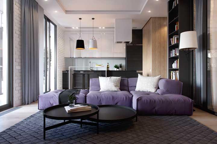 Esse sofá roxo é um convite ao descanso e ao relaxamento