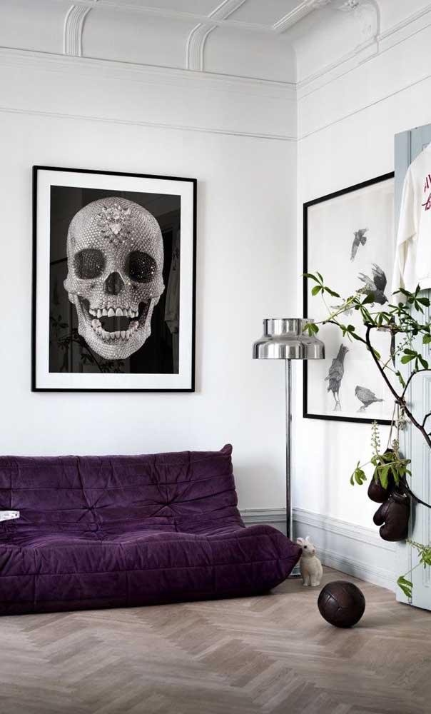 Com cara de futton, esse sofá roxo se destaca na decoração moderna da sala de estar