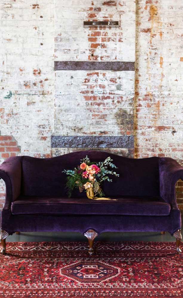 Um modelo de sofá roxo para quem aprecia uma decor vintage