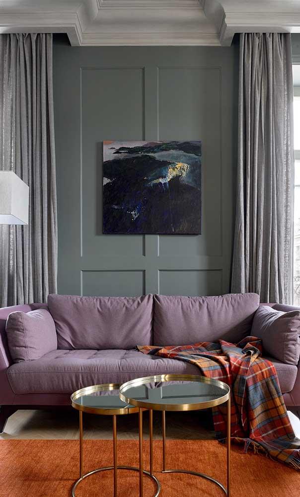 Sofá com tom suave de roxo para não pesar na decoração do ambiente