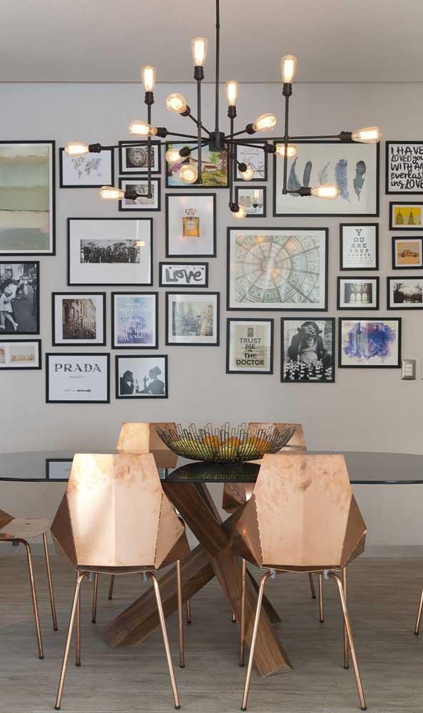 As cadeiras modernas dão o toque a mais para a mesa de jantar de vidro
