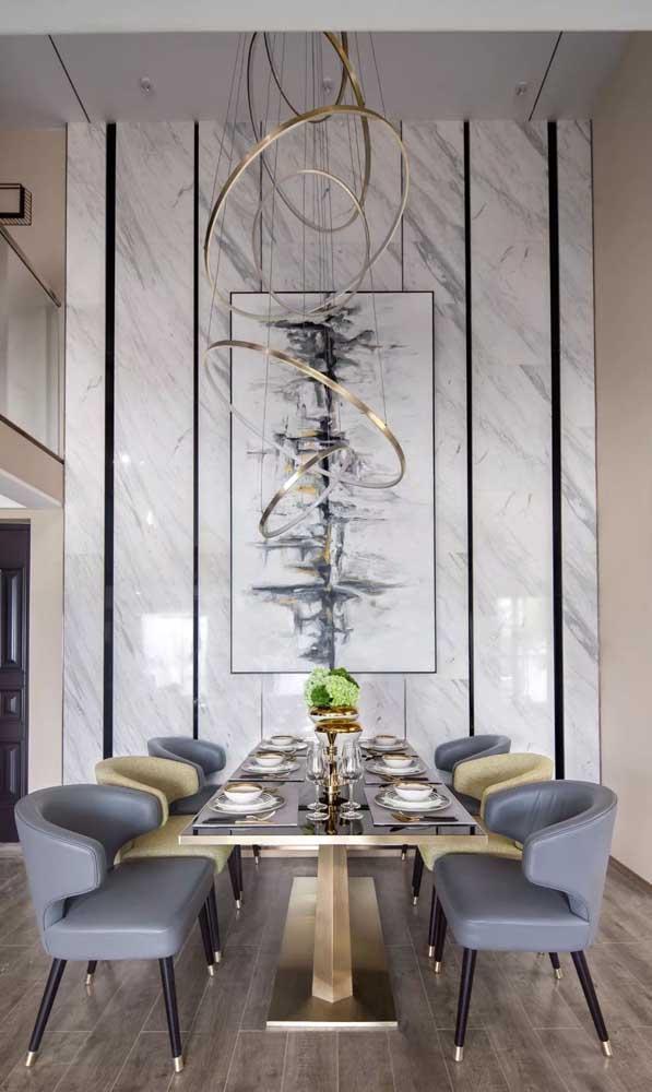 Mesa de jantar de vidro com base metálica dourada em perfeita harmonia com o restante da decoração do ambiente