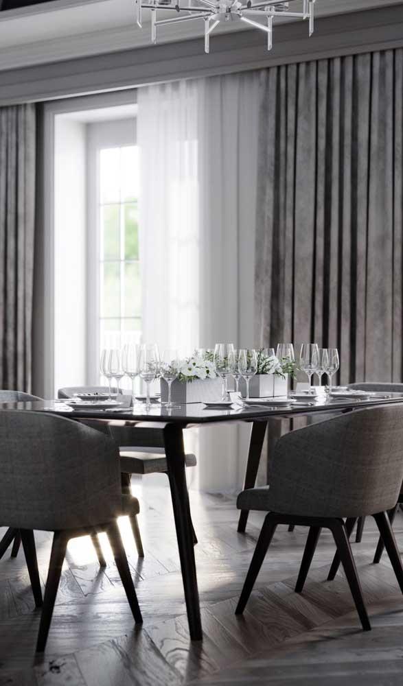 Pura elegância essa mesa de jantar de vidro preto combinando com os pés na mesma cor