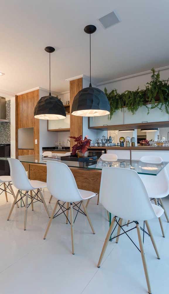 Mesa de jantar com tampo de vidro para a sala de jantar integrada a cozinha