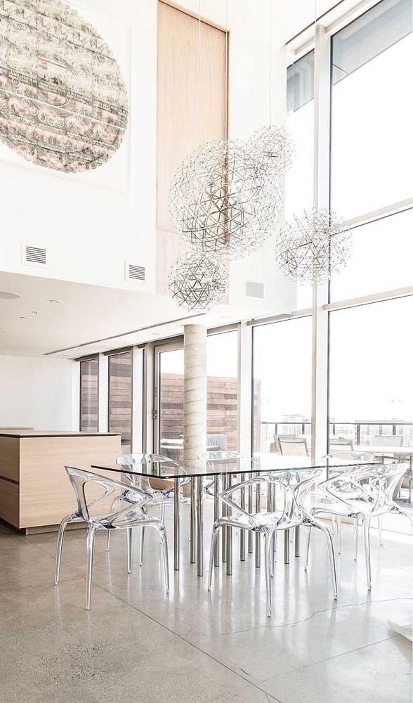Linda inspiração de mesa de jantar de vidro com cadeiras de acrílico transparente. Repare na leveza que o conjunto traz para o ambiente