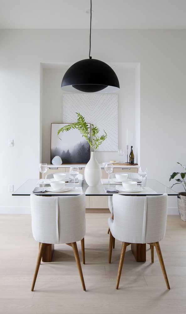 Mesa de jantar de vidro quadrada para quatro lugares. Destaque para a luminária pendente na cor preta