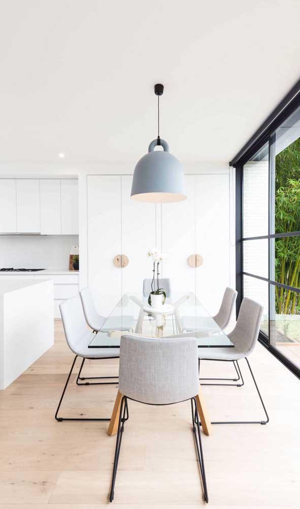 Mesa de jantar de vidro para o ambiente integrado