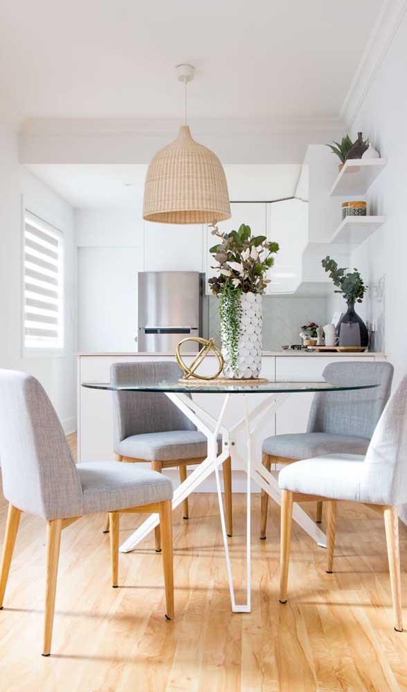 Mesmo pequena, essa sala de jantar comportou muito bem a mesa de vidro redonda de quatro lugares
