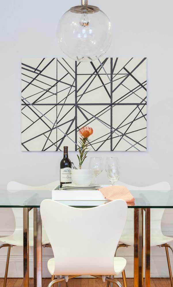 Mesa de jantar de vidro com base metálica e cadeiras brancas