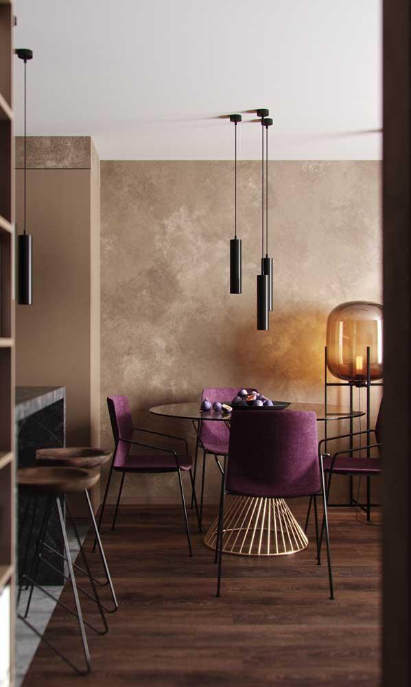 Mesa de vidro retangular com base de madeira acompanhada de cadeiras modernas e estofadas