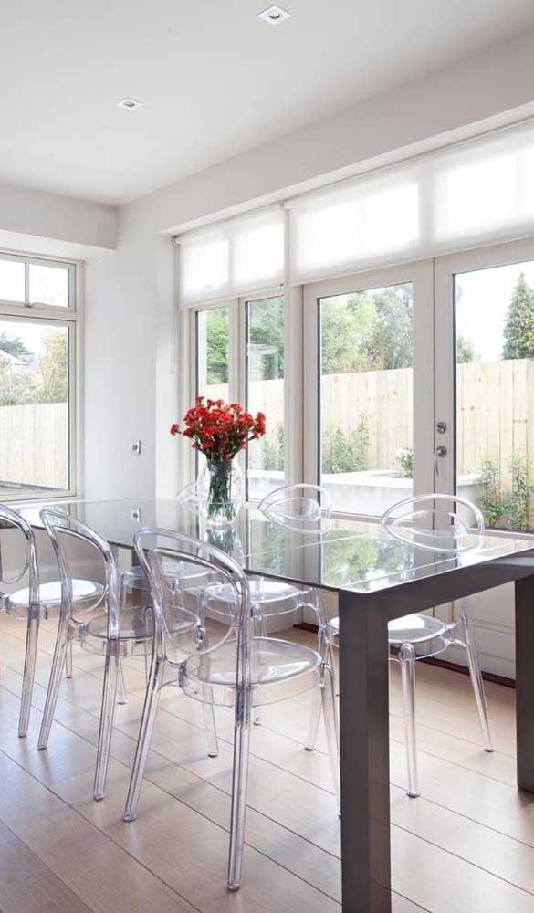 Que tal combinar a transparência do vidro da mesa com a transparência das cadeiras de acrílico Ghost?