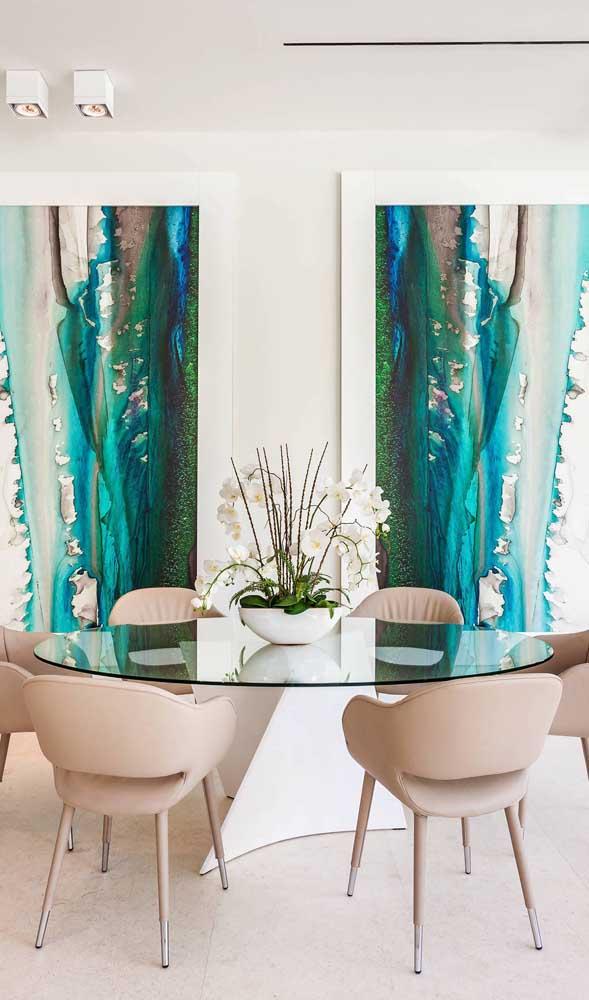 Elegância e refinamento nessa sala de jantar com mesa de vidro redonda