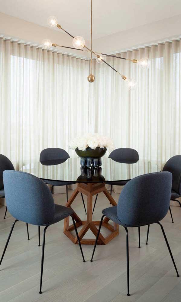 Mesa de vidro preto com cadeiras modernas