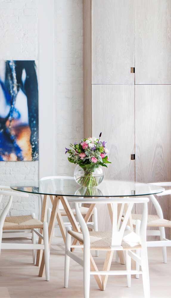 Pura delicadeza a combinação entre mesa de vidro redonda com cadeiras brancas de madeira
