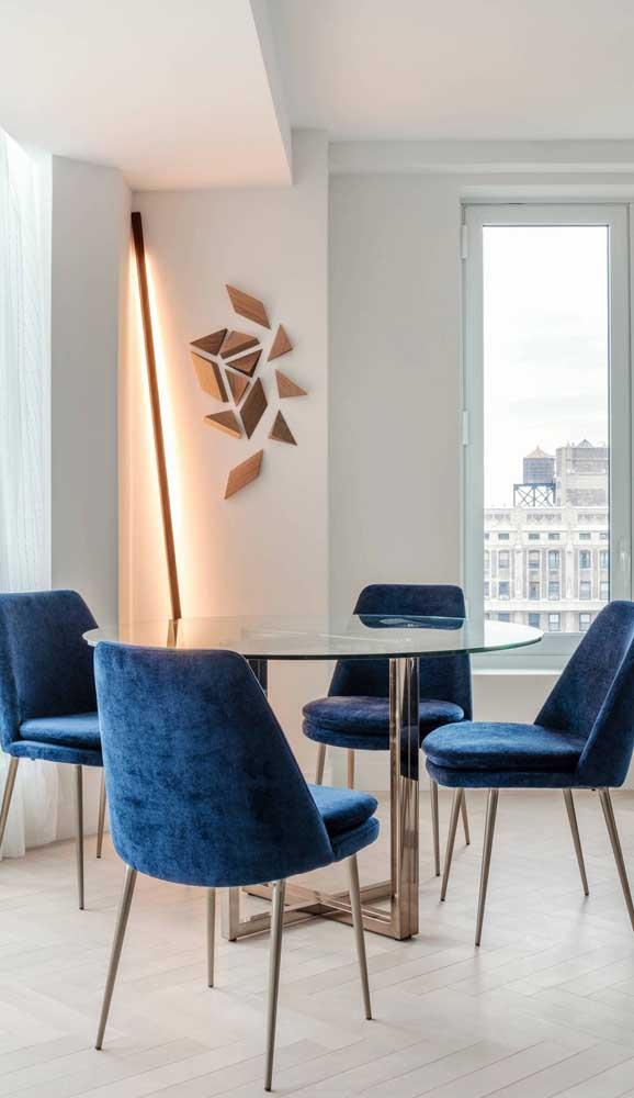 Modernidade e estilo com a mesa de vidro de base metálica