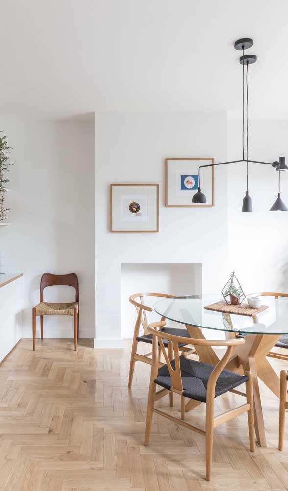 Mesa de jantar de vidro com base de madeira combinando com as cadeiras
