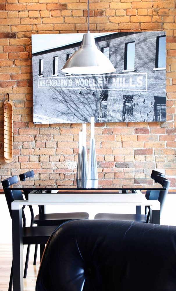 Aqui, a parede de tijolinhos recebeu muito bem a mesa de jantar de vidro