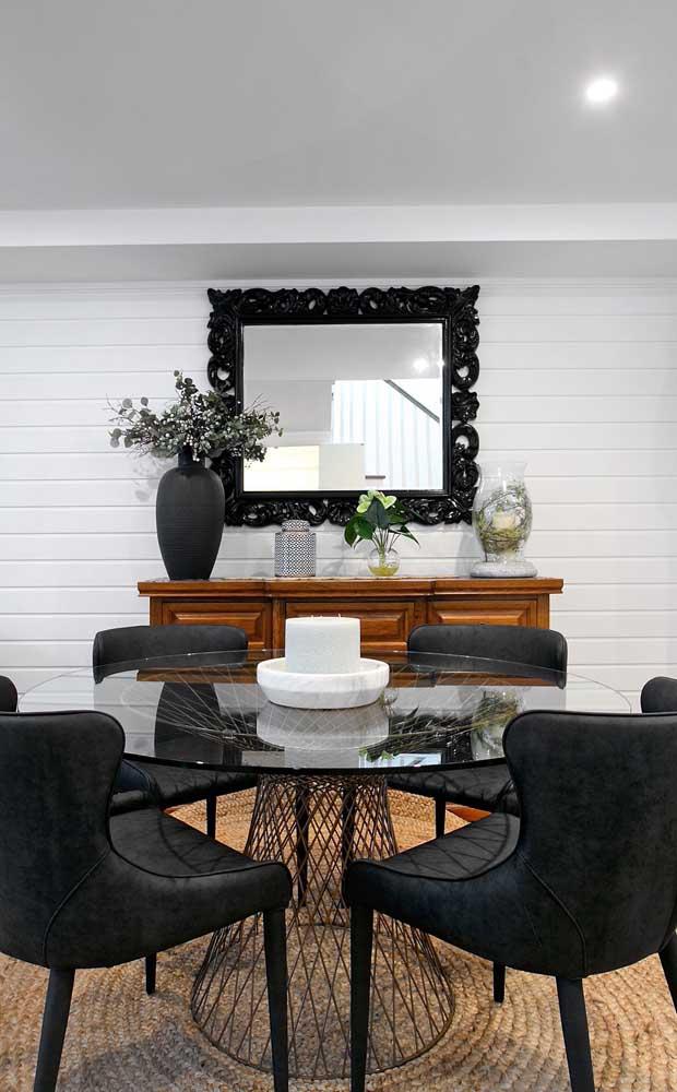 Quanta personalidade e elegância cabem nessa sala de jantar com mesa de vidro?