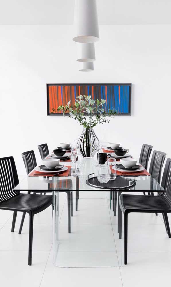 A base de vidro faz com que a mesa pareça estar flutuando na sala de jantar
