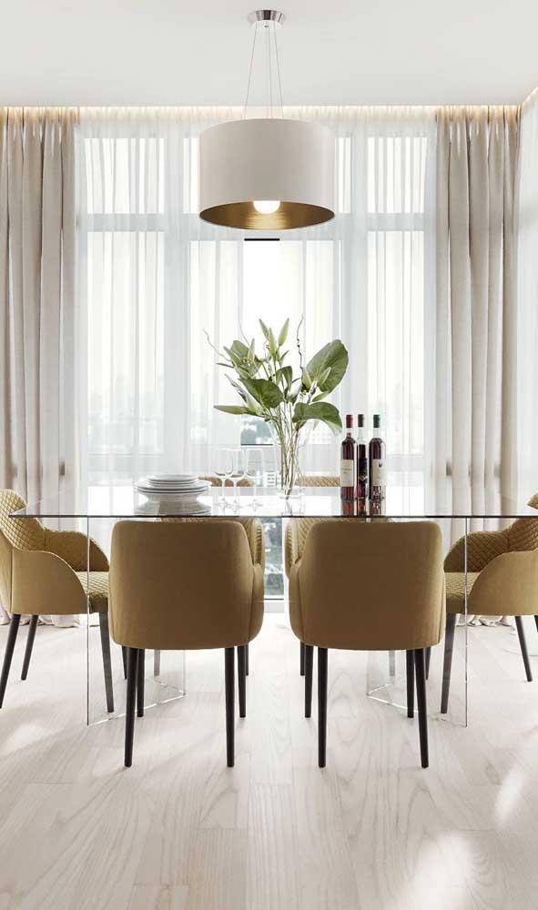 Sala de estar clássica e elegante com mesa de vidro retangular de seis lugares