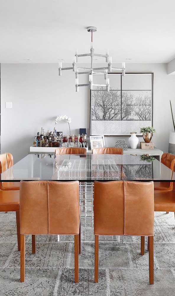 Para uma sala de jantar maior, vale apostar em uma mesa de vidro quadrada com oito lugares