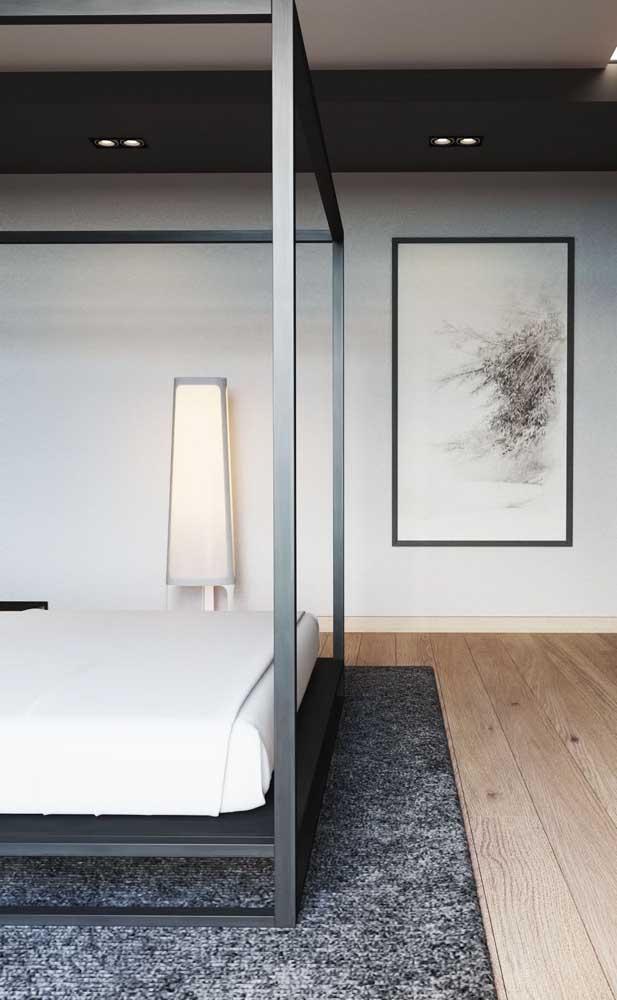 Um abajur grande de chão para ser o destaque desse quarto moderno de casal