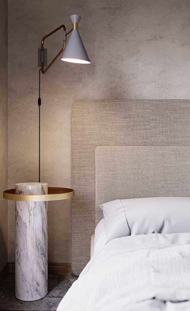 Abajur de parede para quem tem necessidade de uma luz direcionável sobre a cama