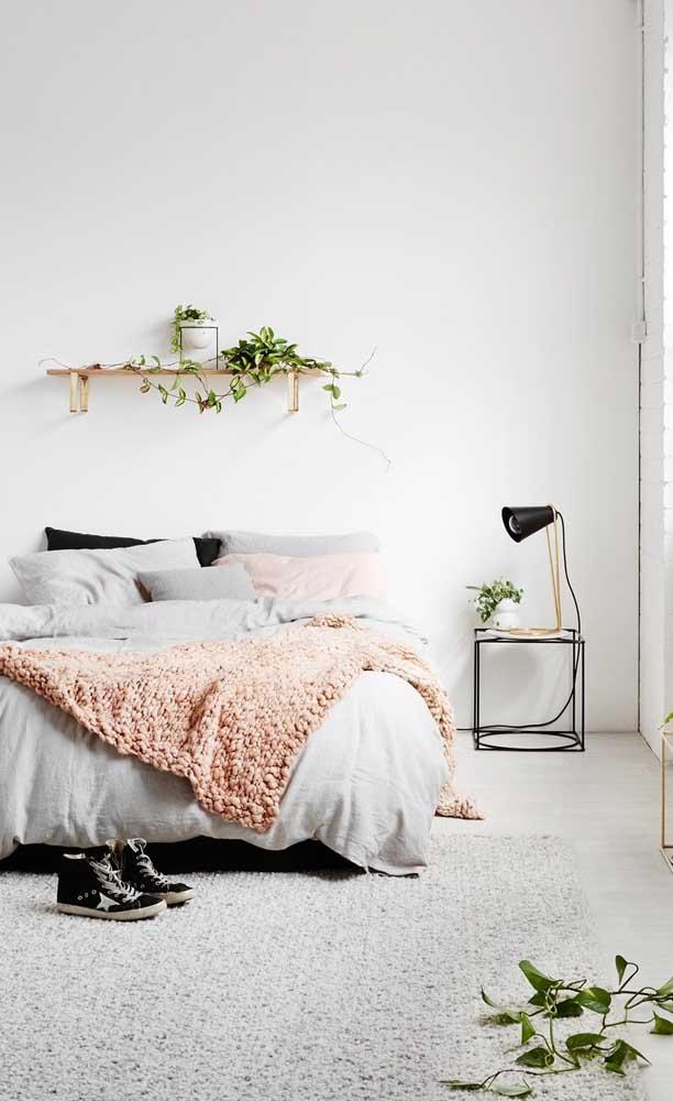 Esse quarto de estilo escandinavo apostou em um modelo de abajur simples que pode, inclusive, ser feito em casa