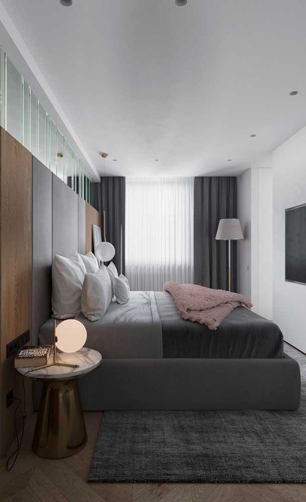 Abajur moderno para o quarto do casal. Repare que mais atrás foi colocado uma luminária de chão para reforçar a luz do ambiente