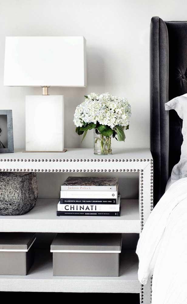 Super elegante esse modelo de abajur branco em composição com os demais objetos decorativos