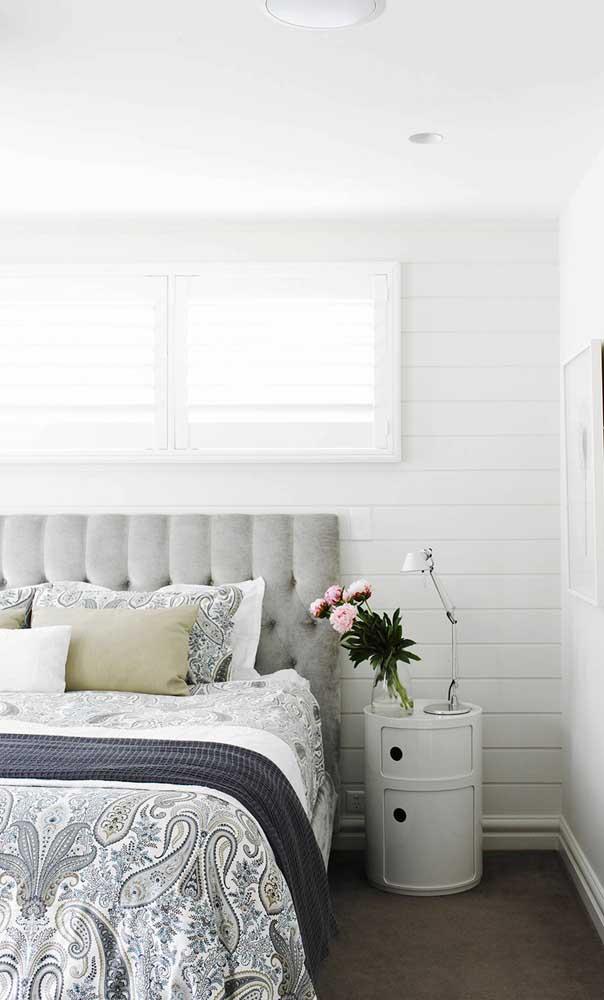 Opção moderna e versátil para o quarto do casal: abajur direcionável sobre o tonel transformado em criado mudo