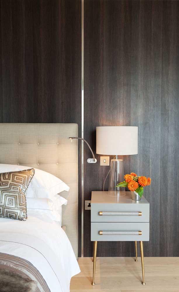 Duas opções de iluminação para o quarto do casal: abajur sobre o criado mudo e luminária de parede direcionável